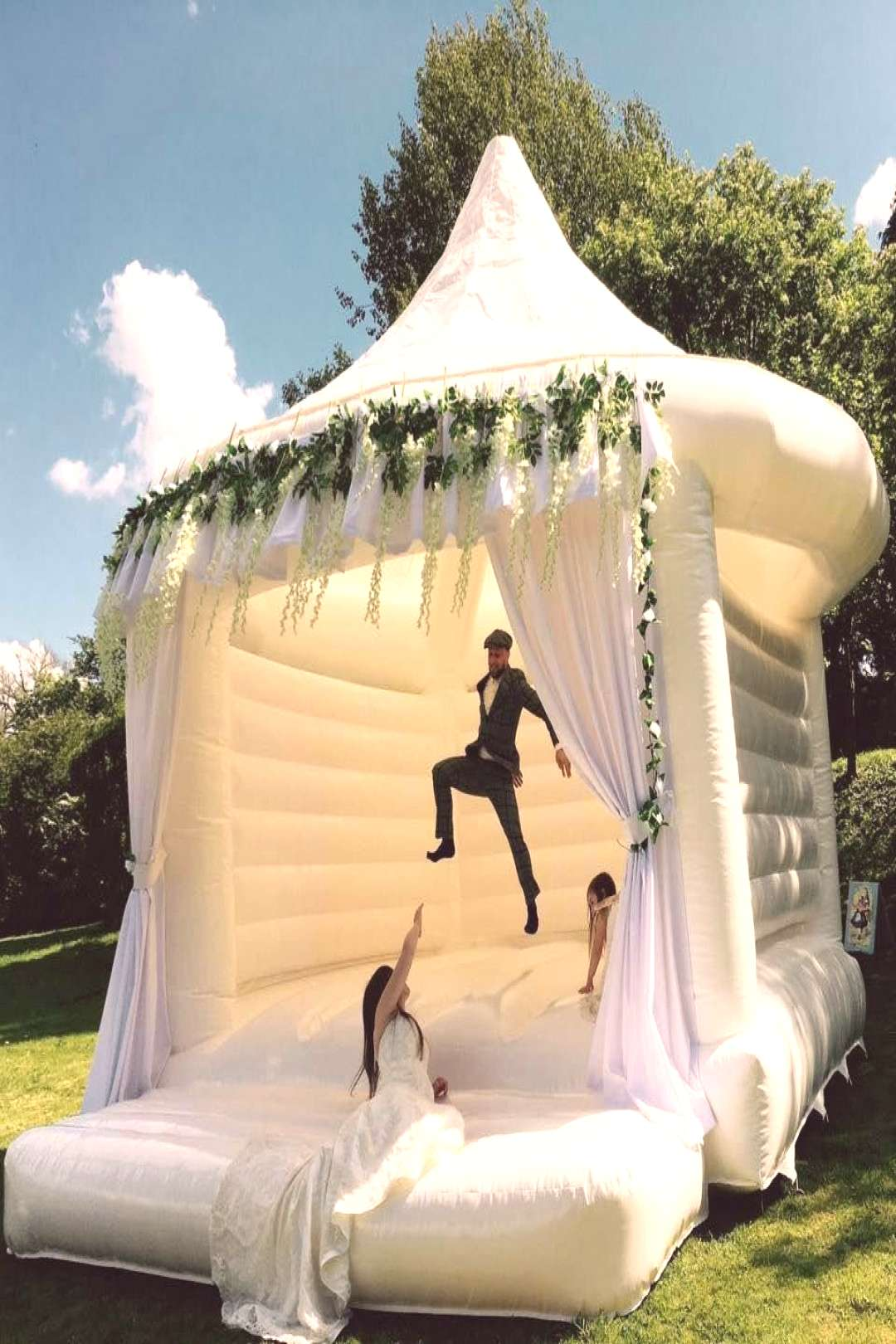 Wedding Bouncy Castles Are A Thing Now, So Time To Get Married - La mejor imagen sobre  diy face ma